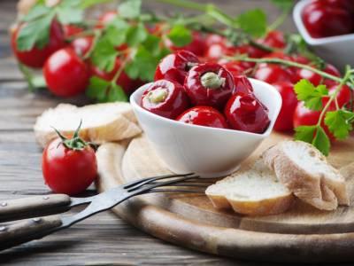Come fare i peperoncini ripieni sott'olio: la ricetta della conserva deliziosa
