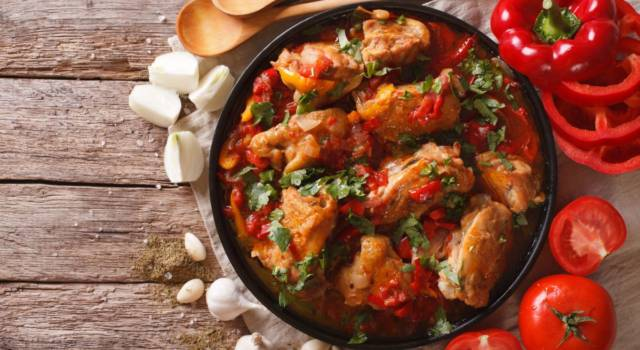Cosce e petto di pollo in umido con peperoni: la ricetta romana