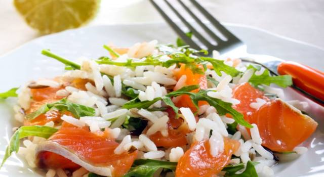 Insalata di riso e salmone affumicato con rucola: che spettacolo!