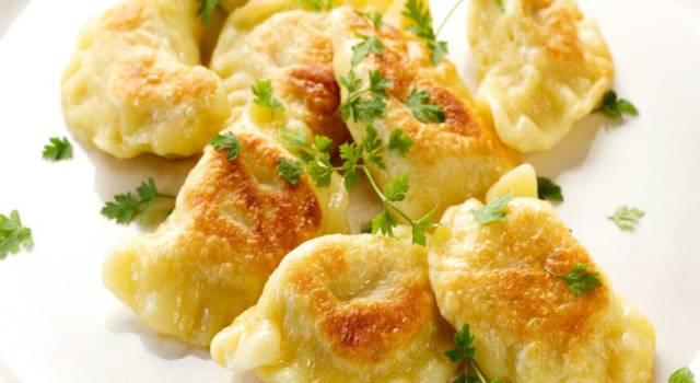 Ravioli fritti salati con ripieno di radicchio: che sfizio!