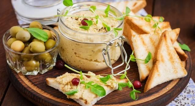 Patè di pollo e olive: un'ottima salsa per l'aperitivo!