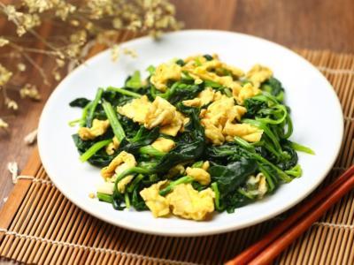 Saporite uova strapazzate agli spinaci: come si fanno