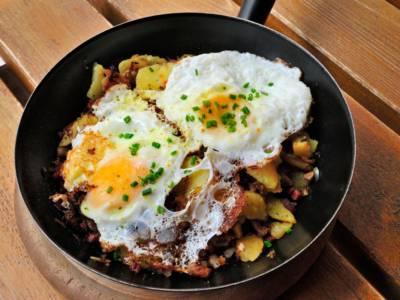 Uova al tegamino con speck e patate: un piatto tirolese… da leccarsi i baffi!