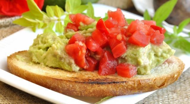Bruschette di pane integrale con guacamole e pomodorini: deliziose e coloratissime!