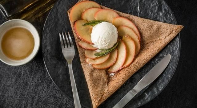 Crepes di grano saraceno (senza glutine) ripiene di mele