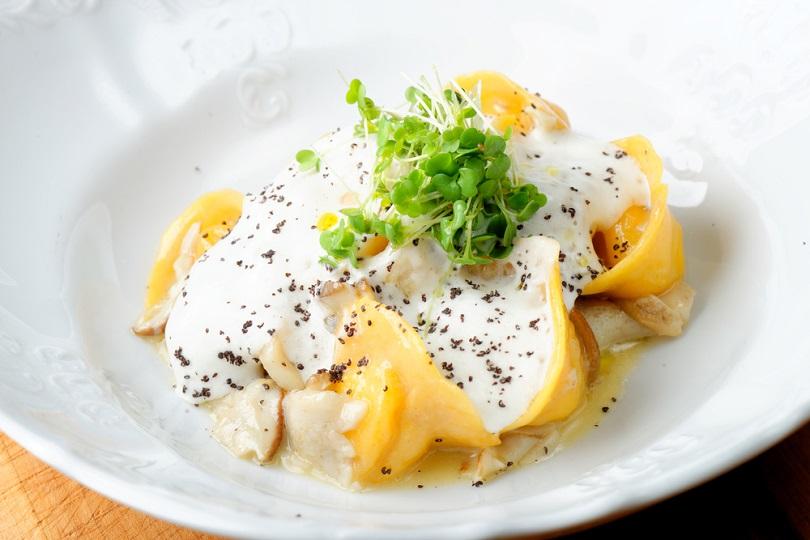Ravioli con fonduta di formaggio