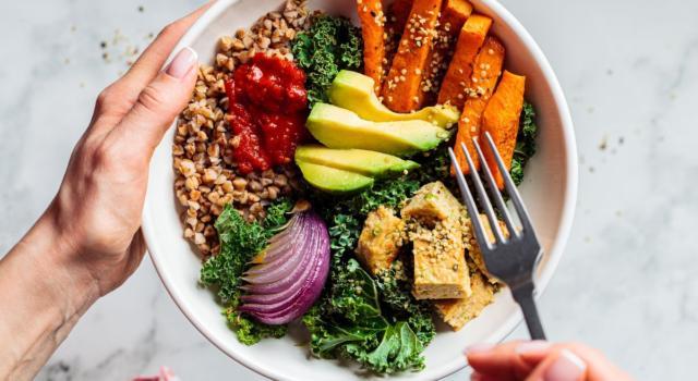 Buddha's bowl: cosa sono e come preparare le insalate detox macrobiotiche