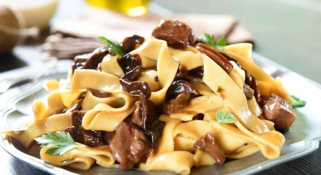Pranzetto veloce, ma gustoso? Ecco la pasta al sugo di funghi e salsiccia!