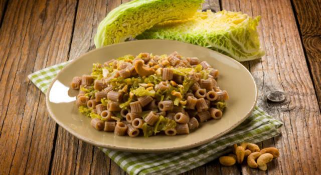Prepariamo insieme un primo piatto autunnale: la pasta con la verza