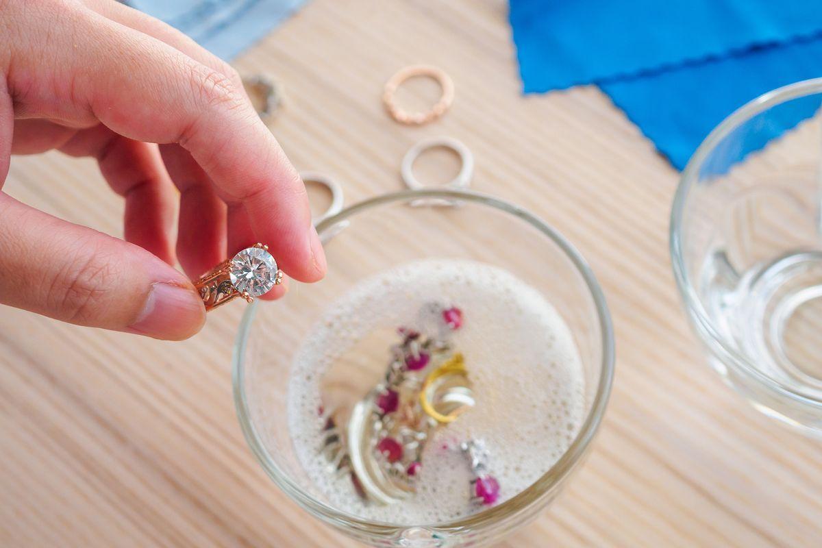 Pulire i gioielli con detersivo