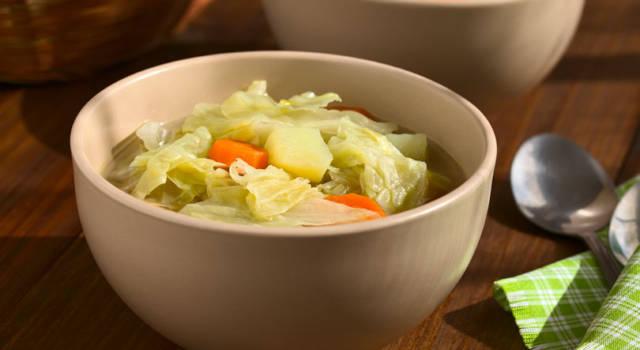 Prepariamo la zuppa di verza con la ricetta vegetariana