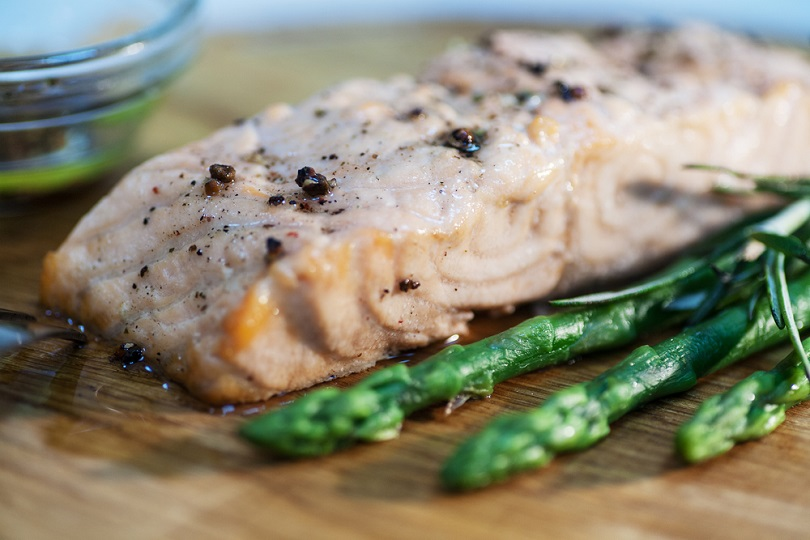 Salmone al pepe con asparagi