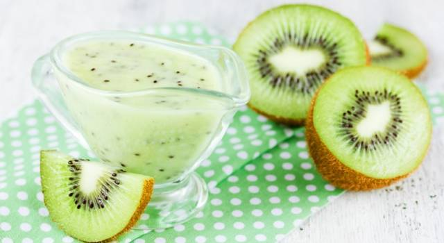 Fresco e dissetante smoothie verde con kiwi e pera
