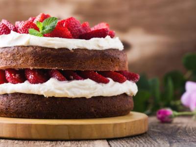 Meravigliosa torta fragole e cioccolato ripiena di panna