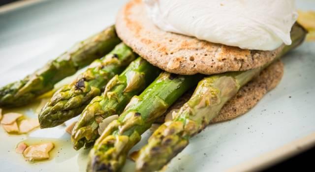 Pancake con asparagi e uovo in camicia: un'idea per un piatto unico nutriente!