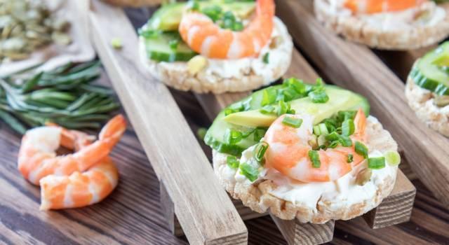 Deliziose gallette di riso con gamberi e avocado: perfette per stuzzicare l'appetito!
