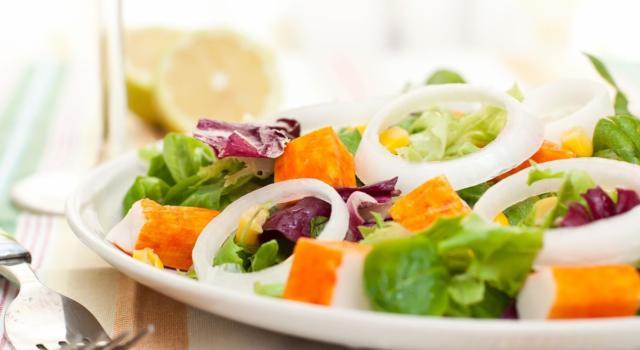Prepariamo l'insalata di surimi, un antipasto leggero e gustoso