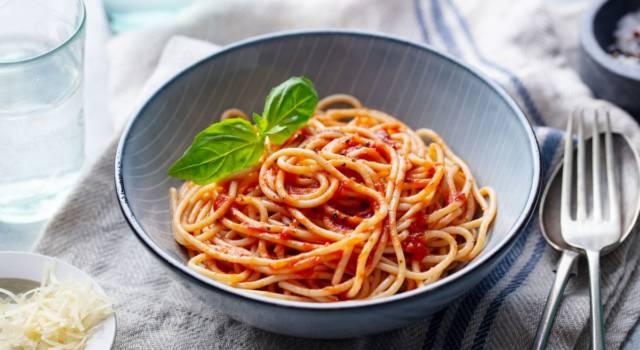 Pasta con sugo di pomodorini cotti al forno, un primo piatto particolare e facile