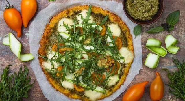 Pizza di cavolfiore con verdure senza glutine