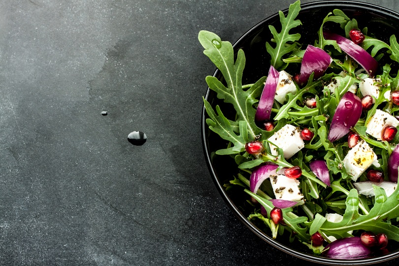 Rucola e melograno in insalata