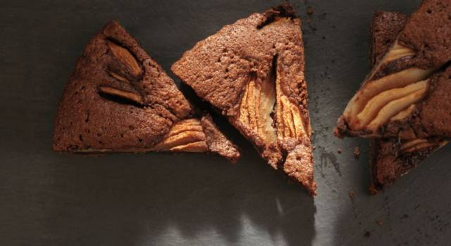 Una ricetta golosa? Ecco la torta pere e cacao senza uova