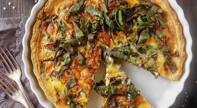 Torta salata con radicchio verde e patate: un piatto unico originale perfetto per la cena!