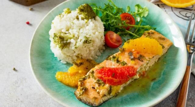 Secondo piatto di pesce facile: salmone al forno con pompelmo