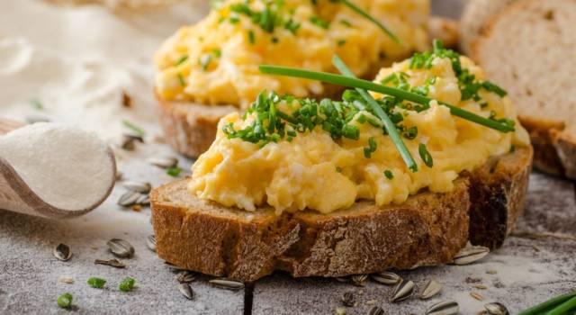 Come fare le uova strapazzate perfette: ecco la ricetta