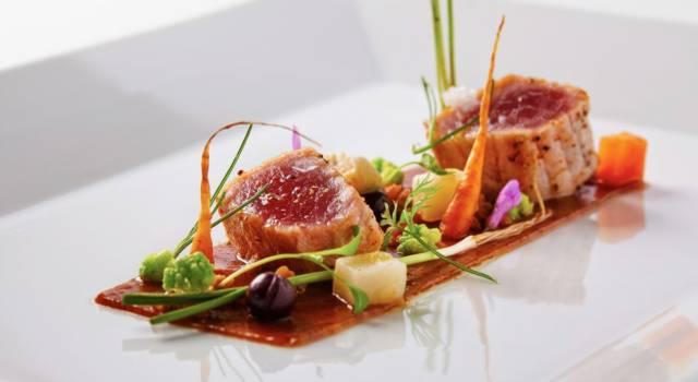 Bocconcini di tonno marinato e scottato, un piatto che si ispira ai ristoranti stellati