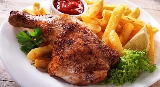 Cosce di pollo arrosto con patatine: il secondo perfetto
