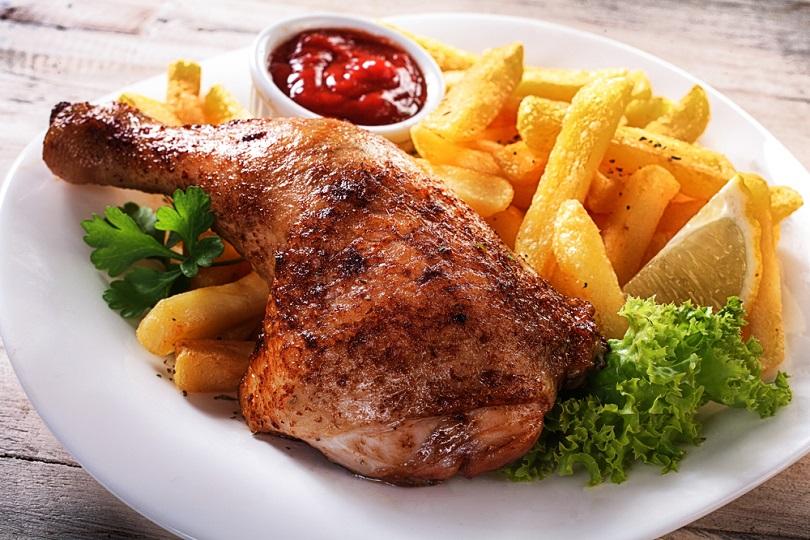 Cosce Di Pollo Arrosto Con Patatine Un Secondo Piatto Che Piace A Tutti