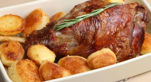 Agnello al forno con patate: la ricetta perfetta per il menù di Pasqua