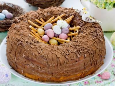 In cerca di dolci di Pasqua? Ecco la ciambella al cioccolato con ovetti