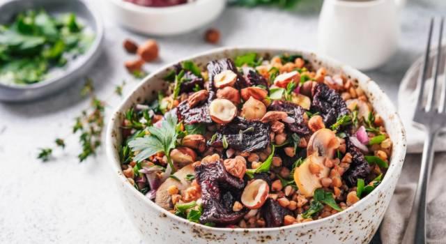 Colorata e golosa: insalata di grano saraceno con nocciole e prugne secche