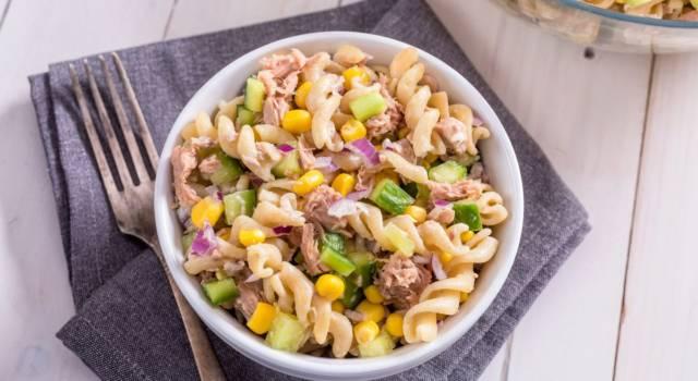 L'insalata di pasta senza glutine è colorata e deliziosa: vi sorprenderà