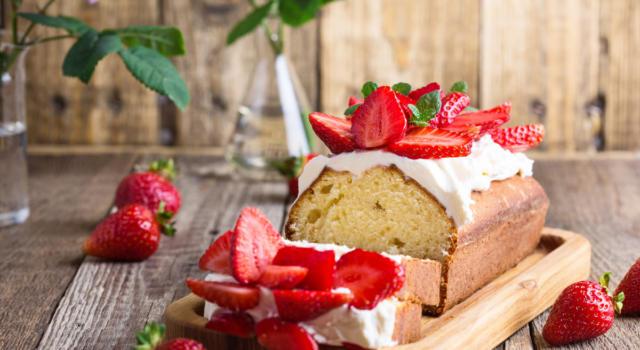 Plumcake con glassa alla vaniglia e fragole fresche: un dessert troppo buono!