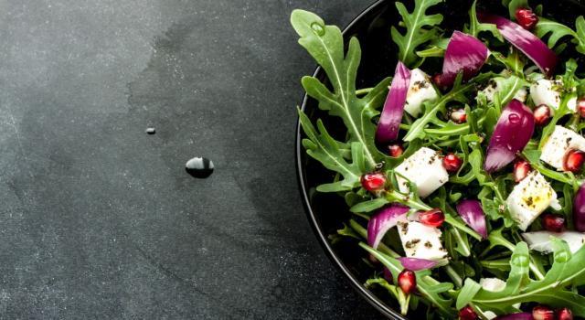 Un contorno facile e veloce? Ecco l'insalata di rucola e melograno!