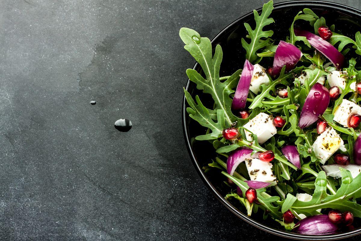 rucola e melograno in insalata