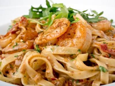 Primo piatto di pasta con gamberi e pomodorini secchi: una ricetta facilissima!