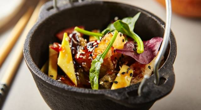 Delizioso tofu al forno in agrodolce con insalata di frutta e verdure