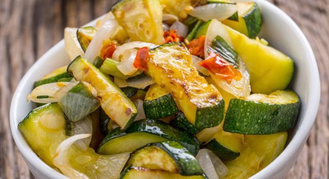 La ricetta delle zucchine in padella, un contorno sfizioso e saporito