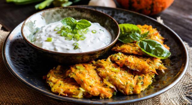 Deliziose frittelle di zucchine e carote con salsa allo yogurt