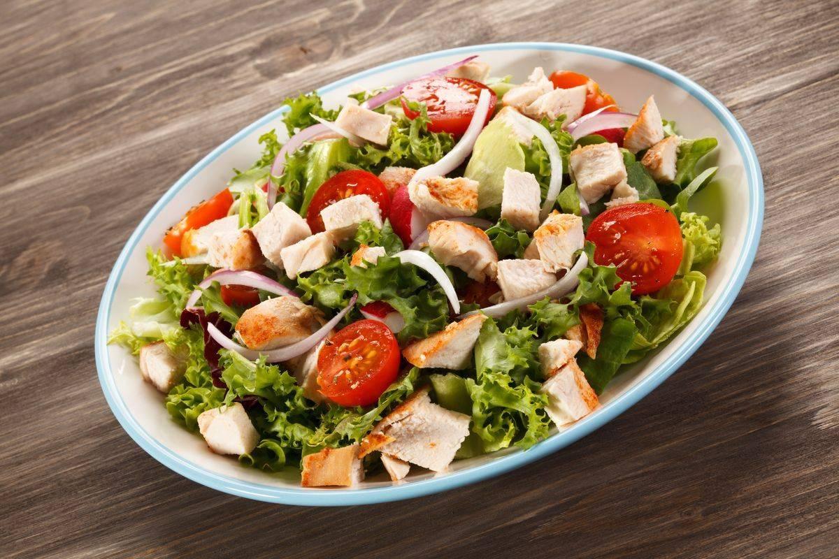 Come si fa l'insalata di pollo: ricetta classica e varianti golose
