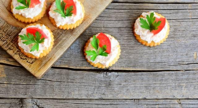 Sfiziose tartine con mousse di gamberetti e pomodorini