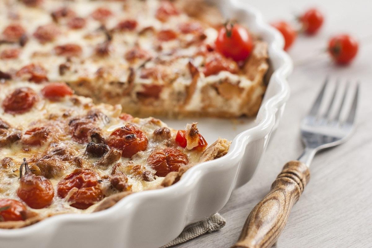 Torta salata con salsiccia e pomodorini