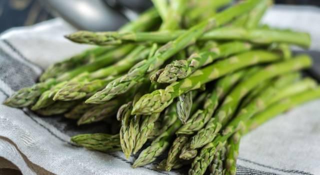 Tecniche per pulire gli asparagi e idee per riutilizzare gli scarti