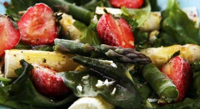 L'insalata di asparagi e fragole vi sorprenderà