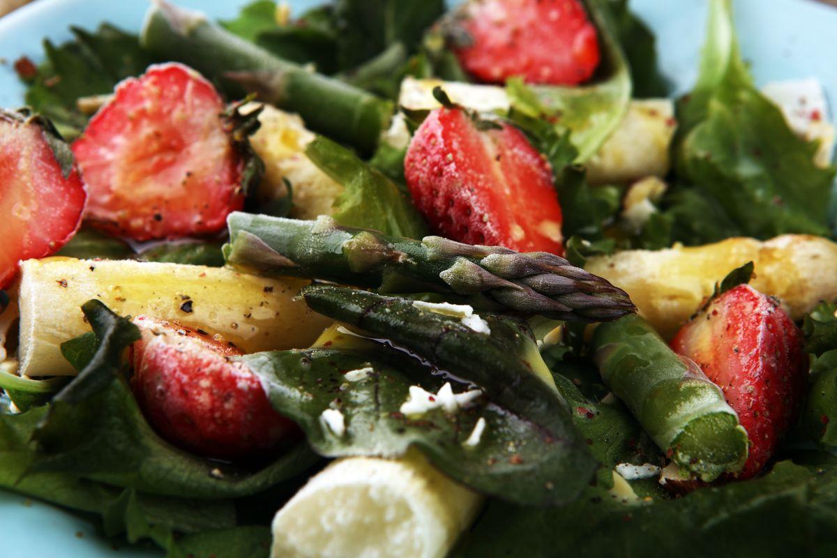 Asparagi e fragole in insalata