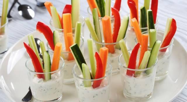 Bicchierini con formaggio e verdure: la ricetta per antipastini pronti in un attimo