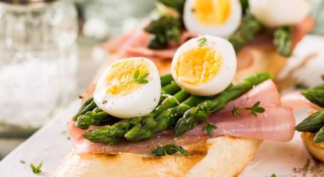 Sfiziose bruschette con asparagi e uova, l'antipasto perfetto